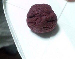 小麦粉粘土で作った梅干し